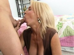 Slutty mature lady spread legs to get deeply penetrated